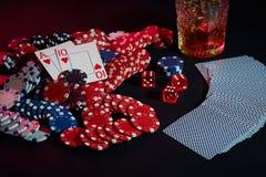 Karten des Pokerspielers Sind auf dem Tisch Chips und ein Glas des Cocktails mit Whisky Kombination von Karten Stockbild