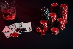 Karten des Pokerspielers Sind auf dem Tisch Chips und ein Glas des Cocktails mit Whisky Kombination von Karten - Royal Flush Lizenzfreie Stockfotos