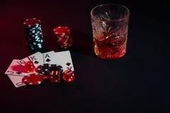 Karten des Pokerspielers Sind auf dem Tisch Chips und ein Glas des Cocktails mit Whisky Kombination von Karten - Royal Flush Lizenzfreies Stockfoto