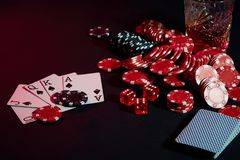 Karten des Pokerspielers Sind auf dem Tisch Chips und ein Glas des Cocktails mit Whisky Kombination von Karten - Royal Flush Stockbild