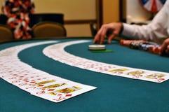 Karten an einem spielenden Tisch Stockfoto