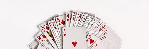 Karten für das Spielen des Pokers werden auf weißem Hintergrund lokalisiert Stockfotografie