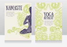 Karten für Yogarückzug oder Yogastudio mit Paisley-Verzierung und -menschen in Lotos asana Stockfotos