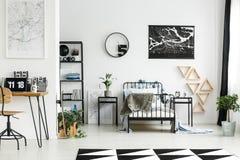 Karten in geräumigem Junge ` s Raum Stockbild