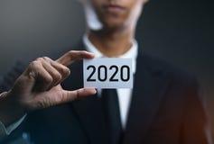 Karten-Papier Geschäftsmann-Holding 2020 stockfoto