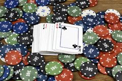 Karten und Chips auf einem hölzernen Hintergrund, Kartensatz lizenzfreies stockfoto