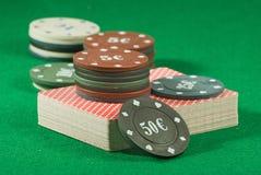 Karten und Chips für das Pokerspielen Stockfotos