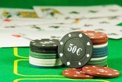 Karten und Chips für das Pokerspielen Lizenzfreie Stockfotografie