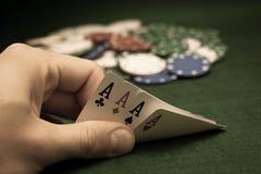 Karten und Stapel Schürhakenchips Stockfoto
