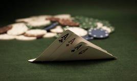 Karten und Stapel Schürhakenchips Stockfotos