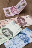 Karten von 20, 50, 200 und 500 mexikanischen Pesos scheinen, traurig zu sein Lizenzfreies Stockfoto
