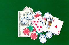 Kartenchips und -geld stockfoto