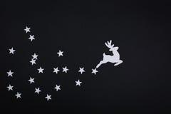 Kartendekorationen der frohen Weihnachten in der Papierausschnittart über bla Stockbilder