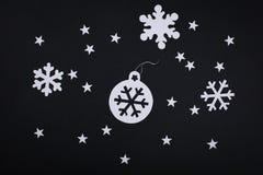 Kartendekorationen der frohen Weihnachten in der Papierausschnittart über bla Lizenzfreies Stockfoto