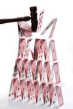Kartenhaus zerstört durch Hammer lizenzfreies stockfoto