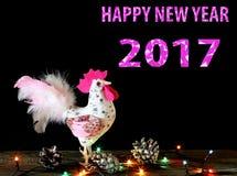 Kartenhintergrund des guten Rutsch ins Neue Jahr 2017 mit handgemachtem Handwerkshahn Stockfotos