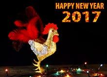 Kartenhintergrund des guten Rutsch ins Neue Jahr 2017 mit handgemachtem Handwerkshahn Stockfotografie