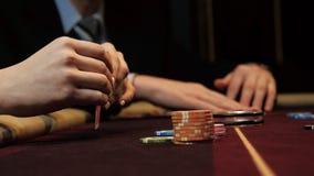 Kartenkombination, -as und -könig der Pokerspielervertretung gute auf Schürhakentabelle Nahaufnahme des Mannes Hand Kasinoglückss stock video