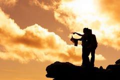 Kartenlesewanderer am Sonnenaufgang Lizenzfreies Stockbild