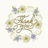 Kartenschablone mit Hand gezeichneter Blumengrenze und die geschriebene Hand danken Ihnen zu simsen Auch im corel abgehobenen Bet Lizenzfreie Stockbilder