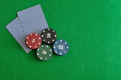 Kartenstapel mit Pokerchips Stockbild