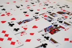 Kartenstapel und Herzass Stockfotos
