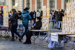 Kartenverkäufer der spanischen Weihnachtslotterie in Solenoid stockfotos
