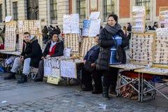 Kartenverkäufer der spanischen Weihnachtslotterie in Solenoid lizenzfreie stockfotos