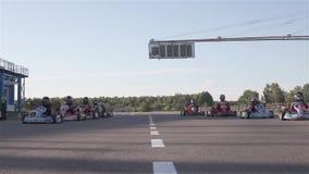 Karting езды F1 на дороге акции видеоматериалы