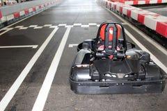 Karting-Bahn mit einem Piloten im kart auf der Anfangszeile stockbild