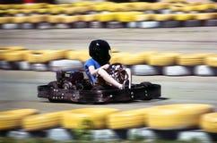 Karting - conducteur dans le casque sur le circuit de kart photos stock