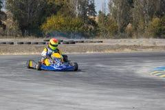 Karting - conductor en casco en el circuito del kart fotografía de archivo libre de regalías