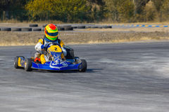 Karting - driver in casco sul circuito del kart fotografia stock libera da diritti