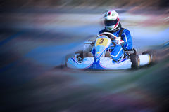 Karting - Fahrer im Sturzhelm auf kart Stromkreis lizenzfreies stockbild