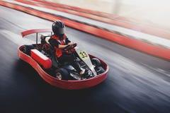 Karting hastighet rive det inomhus loppoppositionloppet royaltyfria foton