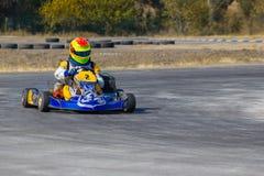 Karting - kierowca w hełmie na karta obwodzie fotografia royalty free