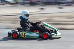 Karting - kierowca w hełmie na karta obwodzie obrazy stock