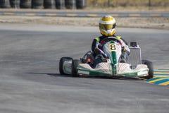 Karting - kierowca w hełmie na karta obwodzie obraz stock