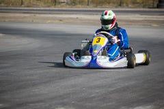Karting - kierowca w hełmie na karta obwodzie zdjęcia royalty free
