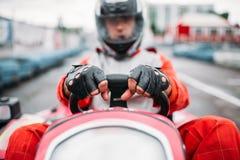 Karting-Rennen, gehen Warenkorbfahrer im Sturzhelm Stockbild