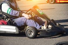 Karting-Wettbewerbe, der Teilnehmer sitzt in der Karte und wartet auf den Anfang des Wettbewerbs und karting, Bewegungslaufen lizenzfreie stockfotos