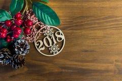 Kartka bożonarodzeniowa 2018 Bożenarodzeniowa dekoracja na drewnianym tle odbitkowa przestrzeń, mieszkanie nieatutowy, odgórny wi zdjęcia stock