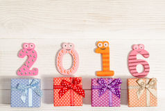 Kartka bożonarodzeniowa z śmiesznymi liczbami 2016 i prezentów pudełkami Fotografia Stock