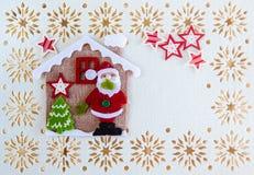 Kartka Bożonarodzeniowa z kopii przestrzenią, dekoracją Święty Mikołaj, drzewem, gwiazdami i Małym Haus, royalty ilustracja