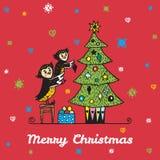 Kartka bożonarodzeniowa z ręka rysującym sowa rodzicem, dzieckiem dekoruje choinki i ilustracji
