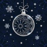 Kartka bożonarodzeniowa z srebnym błyskotliwości bauble, płatkami śniegu i Obrazy Royalty Free