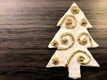 Kartka bożonarodzeniowa z xmas drzewem z złocistym wystrojem na ciemnym tle zdjęcia stock