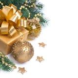 Kartka bożonarodzeniowa z złotym prezenta pudełkiem, dekoracjami odizolowywającymi i, Zdjęcia Stock