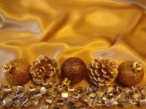 Kartka bożonarodzeniowa na luksusowym złocistym tle zdjęcia royalty free