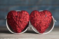 Kartka z pozdrowieniami z czerwoni serca i przestrzeń dla teksta na drewnianym tle pocałunek miłości człowieka koncepcja kobieta  obrazy royalty free